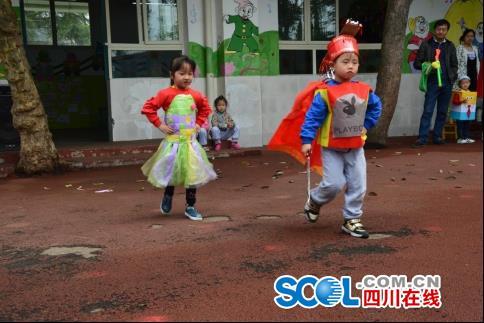 幼儿园上演时装秀 幼儿成环保时装小模特