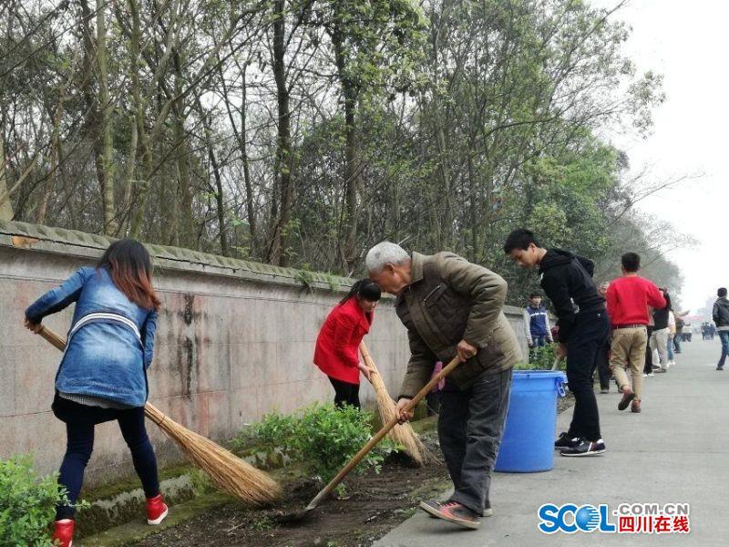 四川工业科技学院2000余名师生清理垃圾 共建美丽家园